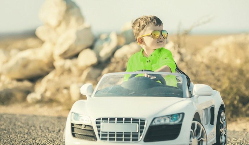 Enfant conduisant un petit véhicule électrique