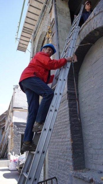 Anne, initiatrice du projet, surveille les travaux