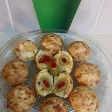 מאפינס גבינות עם זית ממולא בפלפל / יהודית גולדסטאנד