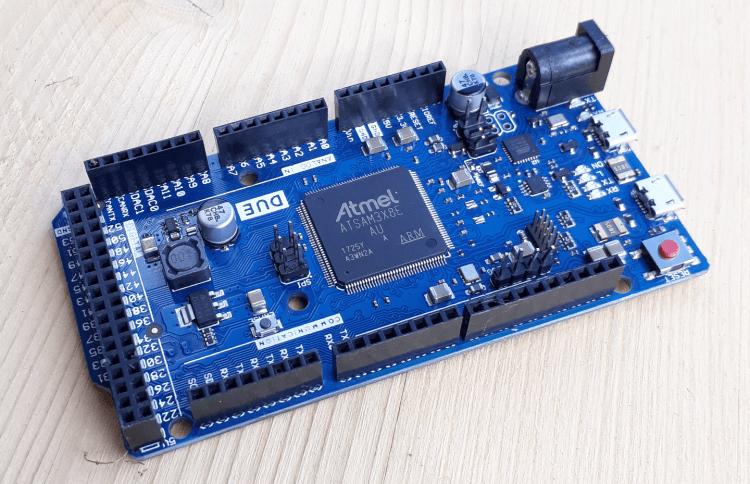Ein Microcontroller der durch ein aufgestecktes Controllerboard 3D Drucker steuern kann