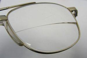 משקפי ביפוקל - עדשה חצויה במרכז.