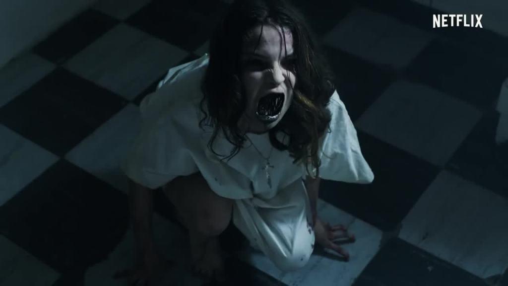 Scena z serialu Diablero pokazująca Nancy w szpitalu psychiatrycznym, opętaną przez demona.