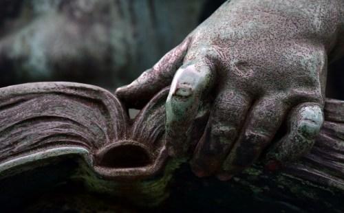 cytaty rzeźba z otwartą książką