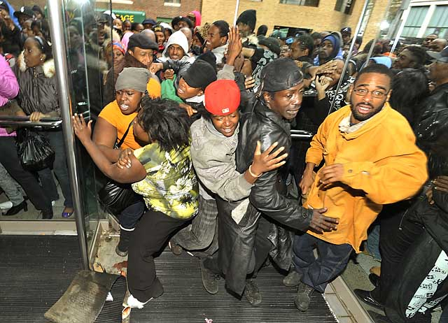 Detroiters mob Cobo Center for federal housing assistance