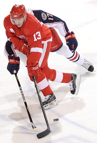 Detroits Pavel Datsyuk keeps the puck away from Columbus Andrew Murray in the first period at Joe Louis Arena, Tuesday, Jan. 6, 2008. David Guralnick / The Detroit News