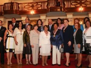 El presidente, Danilo Medina entrega medalla al Mérito de la mujer durante una actividad en el salón Las Cariátides.