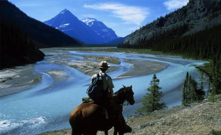 Un gardien des Parcs nationaux canadiens contemple la rivière Whirlpool dans les Rocheuses. L'eau de cette rivière alimente la rivière Athabasca River, qui traverse la région des sables bitumineux