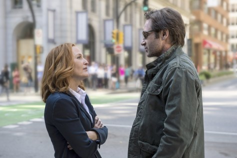 úîåðåú îúåê äñãøä: úé÷éí áàôìä ñãøú äàéååðè 2016 THE X-FILES: L-R: Gillian Anderson as Dana Scully and David Duchovny as Fox Mulder. The next mind-bending chapter of THE X-FILES debuts with a special two-night event beginning Sunday, Jan. 24 (10:00-11:00 PM ET/7:00-8:00 PM PT), following the NFC CHAMPIONSHIP GAME, and continuing with its time period premiere on Monday, Jan. 25 (8:00-9:00 PM ET/PT). The thrilling, six-episode event series, helmed by creator/executive producer Chris Carter and starring David Duchovny and Gillian Anderson as FBI Agents FOX MULDER and DANA SCULLY, marks the momentous return of the Emmy Award- and Golden Globe-winning pop culture phenomenon, which remains one of the longest-running sci-fi series in network television history. ©2015 Fox Broadcasting Co. Cr: Ed Araquel/FOX *** Local Caption *** úé÷éíáàôìä2016 Copyright Artwork © 2016 Fox and its related entities. All rights reserved. Motion Picture © 2016 Twentieth Century Fox Film Corporation. All rights reserved. Photographs © 2016 Fox and its related entities. All rights reserved.