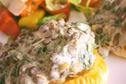 Blätterteigteilchen mit Puy-Linsen an Salat mit gerösteter Paprika
