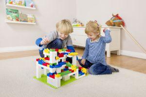 Cleveres Design für Kinder? Die Hubelino Kugelbahn zum Beispiel lässt sich Bausteinen anderer Hersteller verbinden.