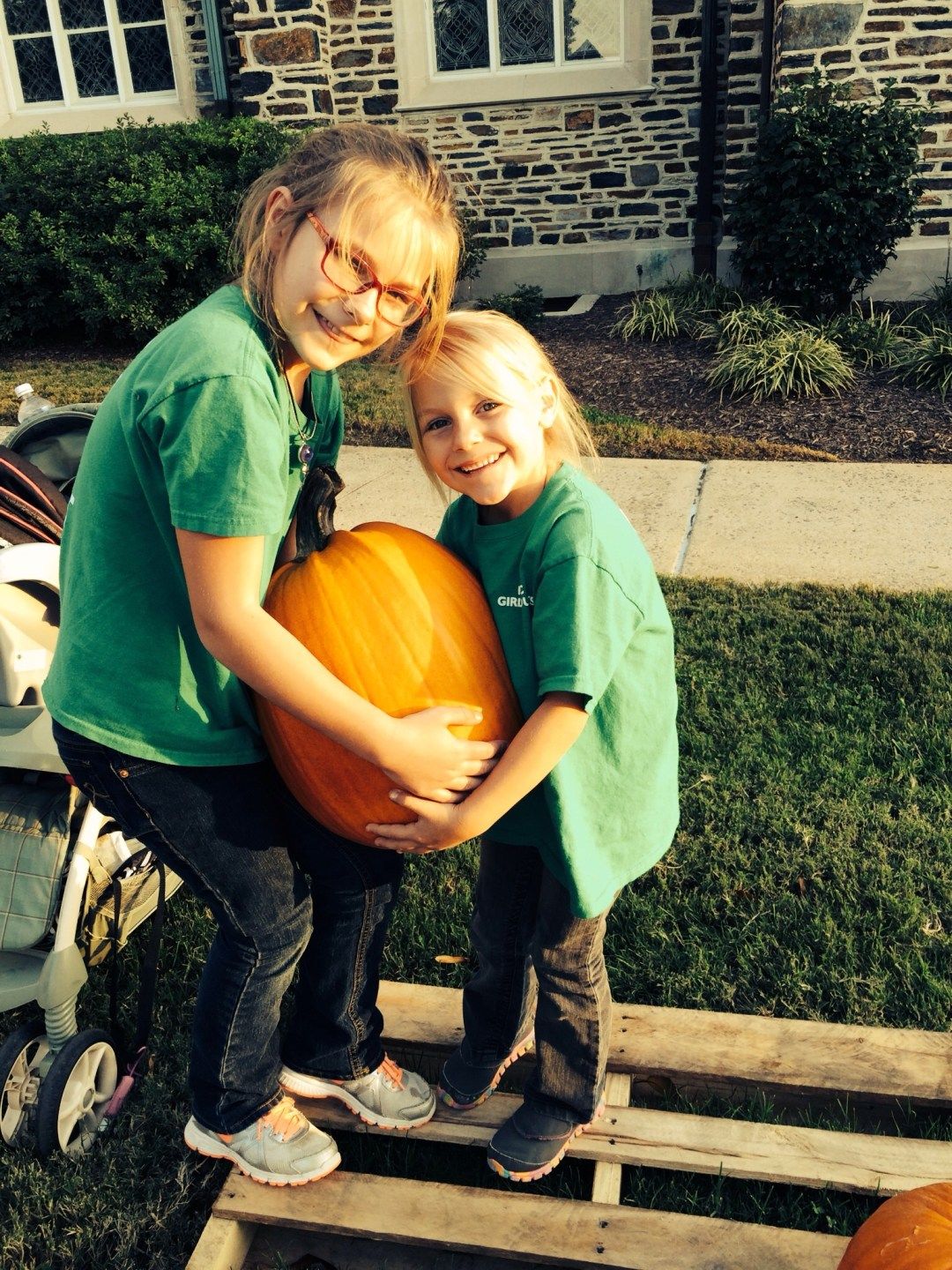 girl-scouts-volunteer-in-the-pumpkin-patch