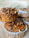 Deliciously fluffy and moist banana bread muffins with cinnamon, chocolate chips and crunchy topping. They're so incredibly tasty and very easy to make.   Munchyesta.com