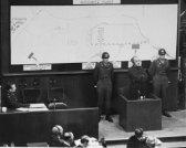 Oswald Pohl en el estrado durante el I.G. Farben Trial. Pohl, el ex jefe de la Oficina Principal Económica y Administrativa de las SS, ya había sido condenado por el tribunal militar americano en Nuremberg. Mientras esperaba la ejecución, Pohl fue llamado a testificar en el GI Farben Trial. Su testimonio confirma la I.G. El uso de la empresa Farben de prisioneros del campo de concentración de mano de obra esclava. 21 a 24 noviembre, 1947.