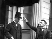 Sir N. Chamberlain, primer ministro británico.