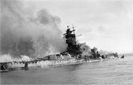 El acorazado de bolsillo Graf Spee hundiéndose en la batalla del Mar del Plata