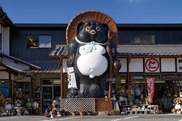 Imagem gigante de Tanuki em frente a uma loja especializada em Shiga (Foto: Creative Commons)