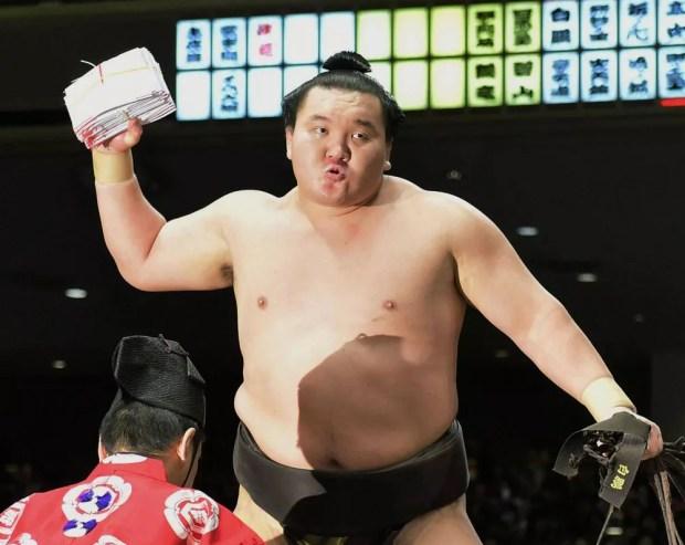 Hakuho derrota Goeido no 11º dia do Torneio de Sumô de Ano Novo 2015 (Foto: Kyodo)