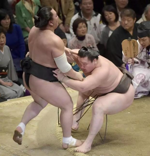 Hakuho derrota Harumafuji no 14º dia do Torneio de Sumô de Ano Novo 2015 (Foto: Kyodo)