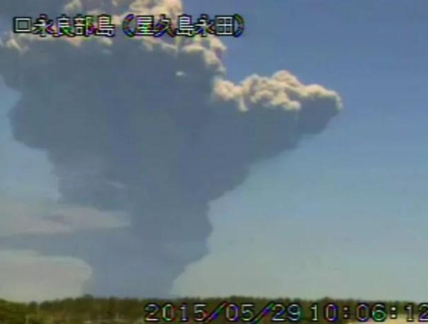 Explosão do vulcão Shindake em 29 de maio de 2015 (Foto: Kyodo/JMA)