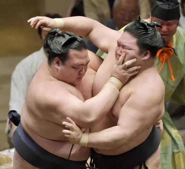 Kisenosato derroutou Goeido no 10º dia do Torneio de Sumô de Verão 2015 (Foto: Kyodo)