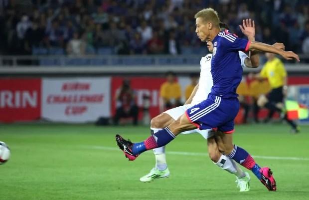 Honda marca o primeiro gol da goleada de 4 a 0 do Japão sobre o Iraque (Foto: AP)