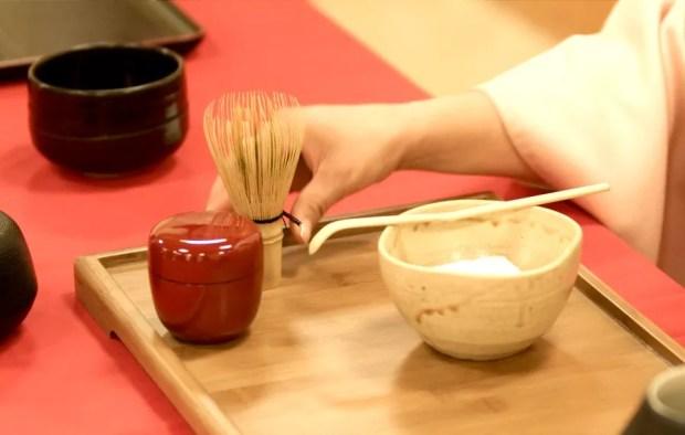 Utensílios para realização da Cerimônia do chá (Foto: Wikimedia Commons)
