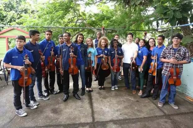 Violinista japonês Ryu Goto se apresenta para jovens no Morro Chapéu Mangueira (Foto: Consulado do Japão)