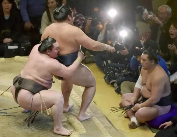 Hakuho vence Kakuryu no 13º dia do Torneio de Sumô de Ano Novo 2016 (Foto: Kyodo)