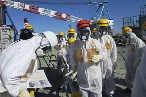 Trabalhadores na usina de Fukushima (Foto: Aflo Images)