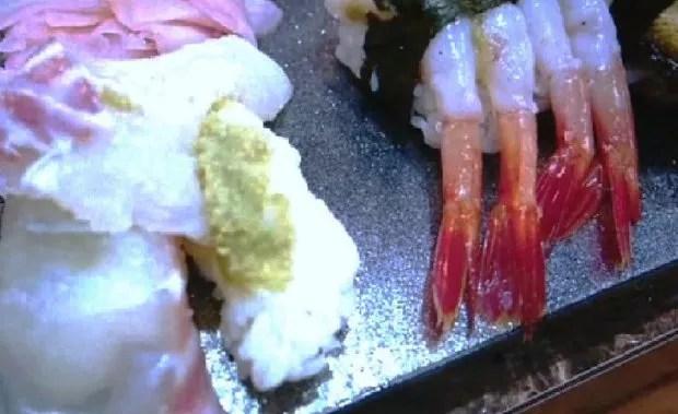 A foto postada pelo turista sul-coreano mostra o sushi da cadeia Ichibazushi com excesso de wasabi (Foto: Reprodução/NHK)