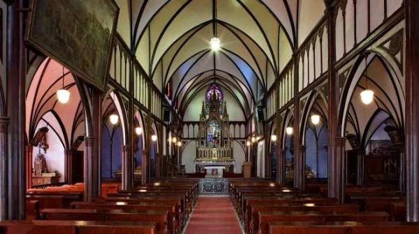 Interior da Igreja Oura | Foto: oratio.jp