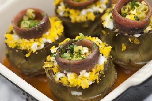 Alcachofas confitadas con huevo y anchoa