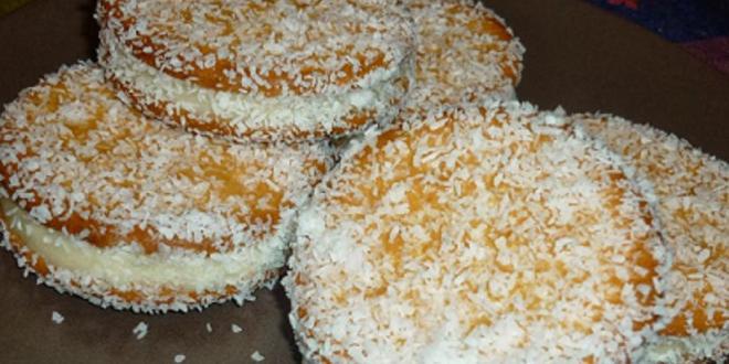Galletas cubiertas de coco y rellenas de mantequilla