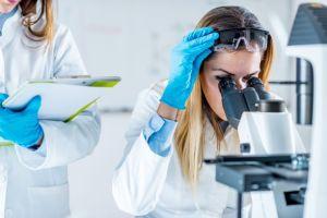 Mujer en laboratorio 2