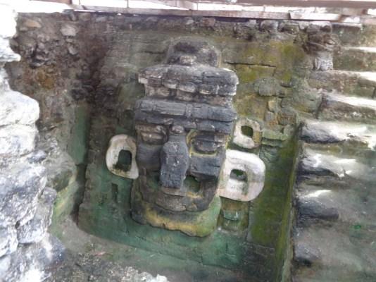 Arte Maya - Mascara en Tikal - foto por Giovanni Javier Gomez Giron
