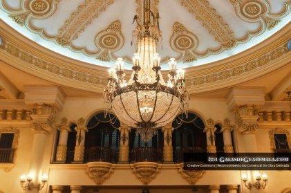 Fotografía de Maynor Marino Mijangos. Salon de Recepciones del Palacio Nacional de la Cultura, Lampara y Balcón de Musicos. Bajo esta lampara se encuentra el punto de referencia del Kilómetro cero