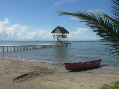 Foto por Sarai Iguardia Muelle de El Hotel Salvador Gaviota en Livingston Izabal Playa el Quehueche. - Livingston, hogar garífuna en Guatemala
