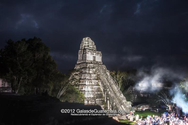 Gran Jaguar en la celebracion del Baktún Maynor Marino Mijangos - El Gran Jaguar en Tikal - pirámide Maya