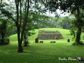 Takalic Abaj irámide del parque arqueológico del mismo nombre foto por Emilio Flores - Fotos de Construcciones de los Mayas y sus Descendientes