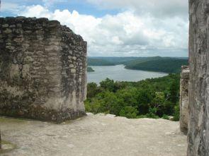 Yaxha, estructura Maya en Peten, con vista a la laguna Yaxha - foto por Domenico Esp