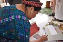 Dra. Rigoberta Menchú Tum, autografiando uno de sus libros.