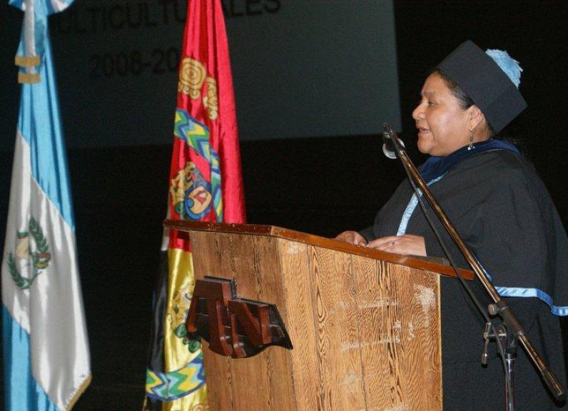 Dra. Rigoberta Menchú Tum. Acto de graduación de profesores de enseñanza Media en Educación para Contextos Multiculturales.