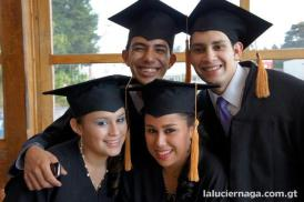 Foto por laluciernaga.com.gt - Jóvenes chapines en su graduación
