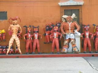 Los diablitos para el 7 de Diciembre celebrando la tradicional Quema del Diablo foto por Mario Velasquez - Tradiciones de Guatemala