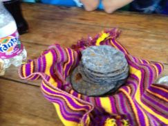 Tortillas de maiz negro - foto por Rosemary De Paz
