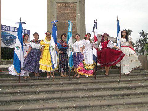 Alumnas del INCA conbanderas de la hispanidad - foto por Miriam Vasquez