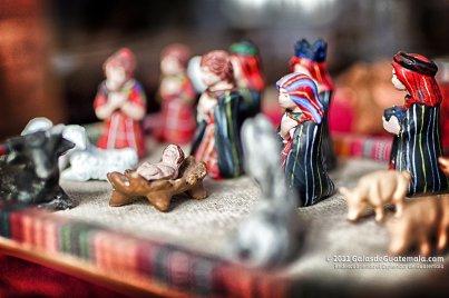 Estampa del nacimiento elaborado en barro policromado. Exposición Misterios de la Navidad Museo Casa Mima Ciudad de Guatemala. Fotografía Maynro Marino Mijangos - Las Artesanías de la Epoca Navideña en Guatemala