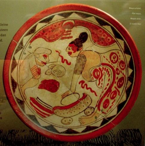 Plato maya en el cual vemos a una mujer utilizando un metate mortero y piedra para la elaboración del cacao. Imágen de Justin Kerr Yelkrokoyade Wikimedia 1011x1024 - El Cacao (Kakaw), la bebida de los dioses en la cultura maya