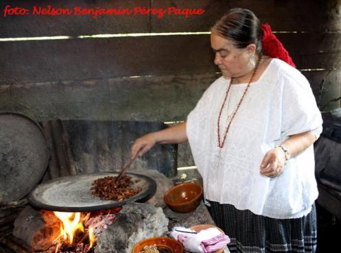 Tostando los granos de Cacao. Nelson Pérez - El Cacao (Kakaw), la bebida de los dioses en la cultura maya