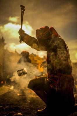 Ceremonia Maya bendiciendo las baquetas para la marimba en Chichicastenango foto por Ivan Castro. - El departamento de Quiché